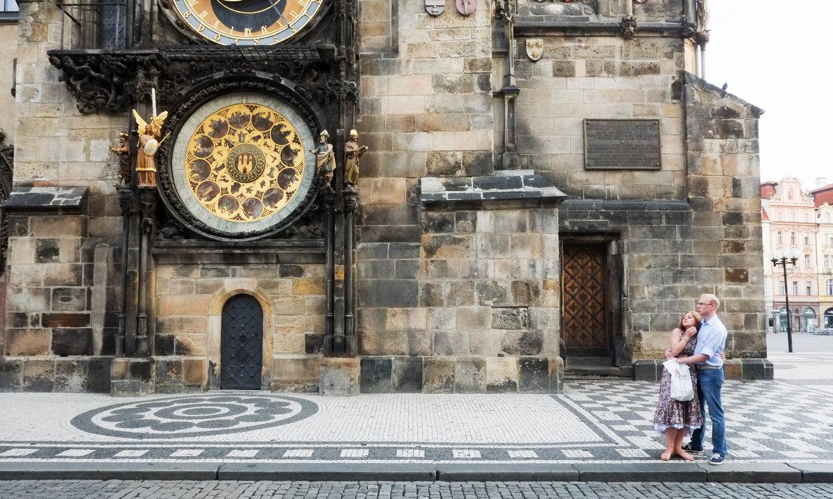 프라하 시계탑 앞의 커플